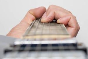 Болят пальцы при игре на гитаре