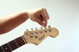 Как менять строй гитары